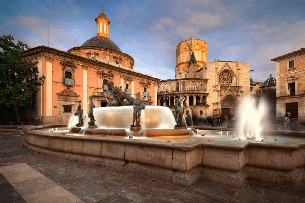 Plaza de la Virgen - 5 curiosos lugares que no pueden faltar durante tu escapada Valencia