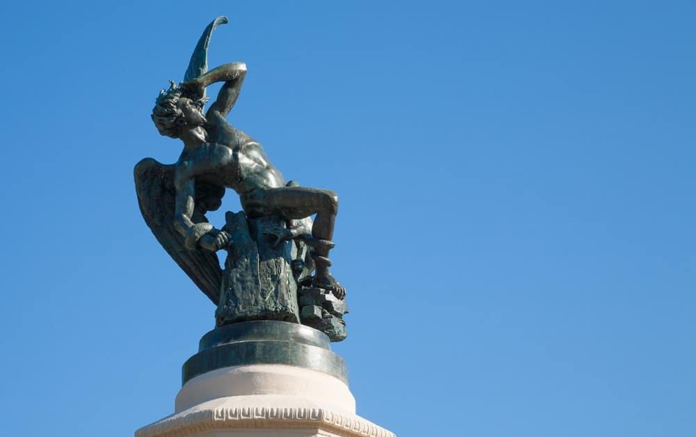 La famosa estatua de El Ángel Caído-Los cinco lugares escondidos que visitar en Madrid.